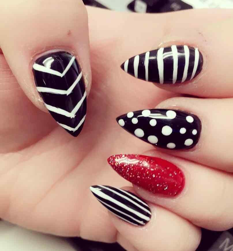 uñas blancas con negro y rojo