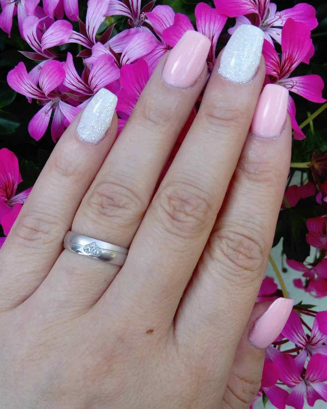 uñas blancas con rosa y brillos