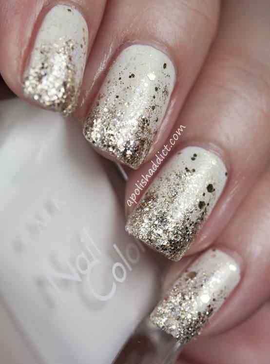 uñas blancas y doradas con glitter