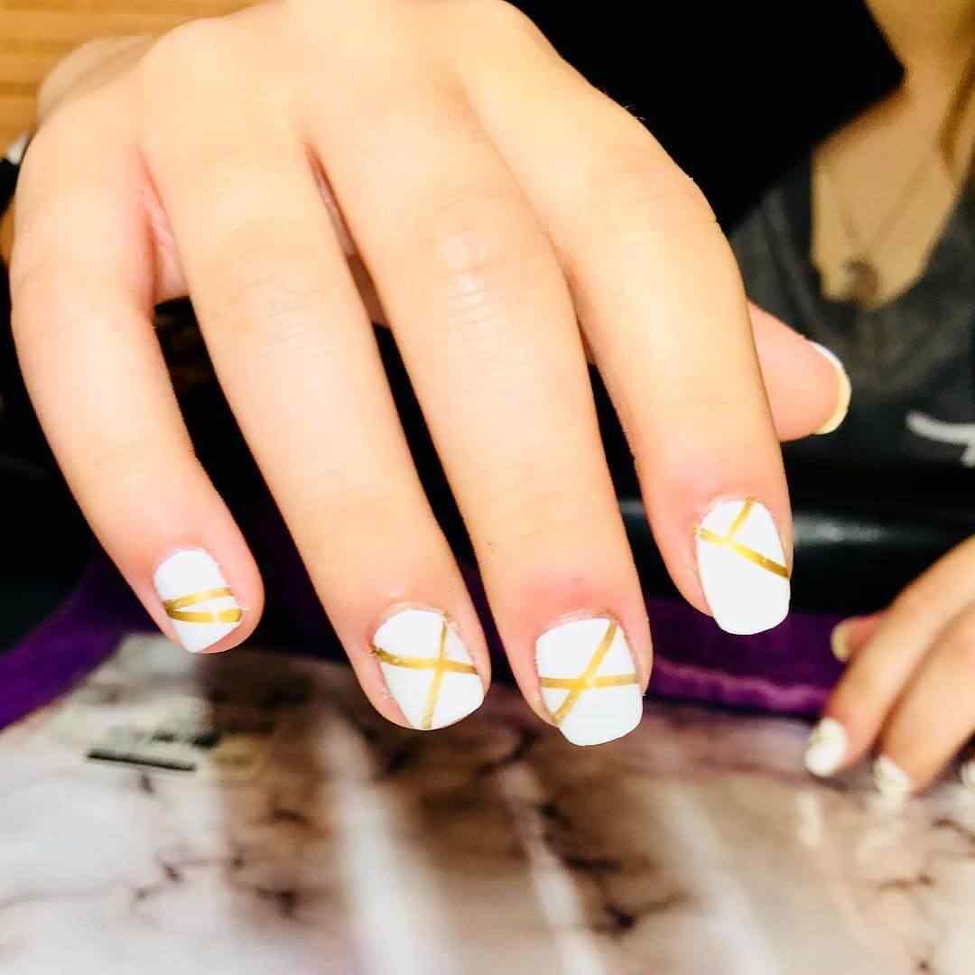 uñas blancas y doradas faciles