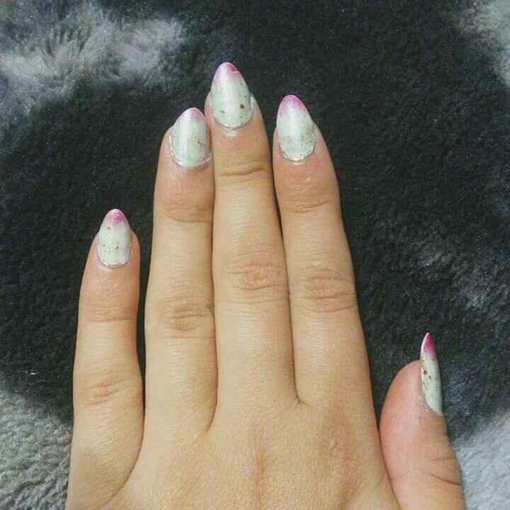 uñas decoradas blancas y rosa