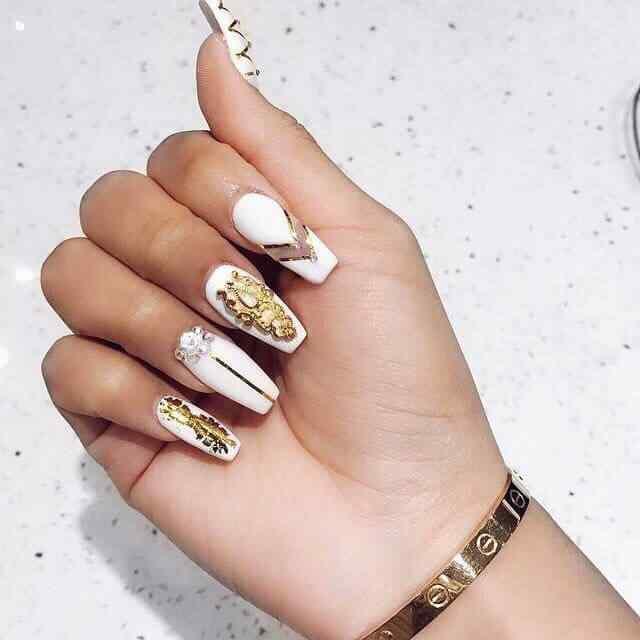 uñas elegantes blancas y dorado