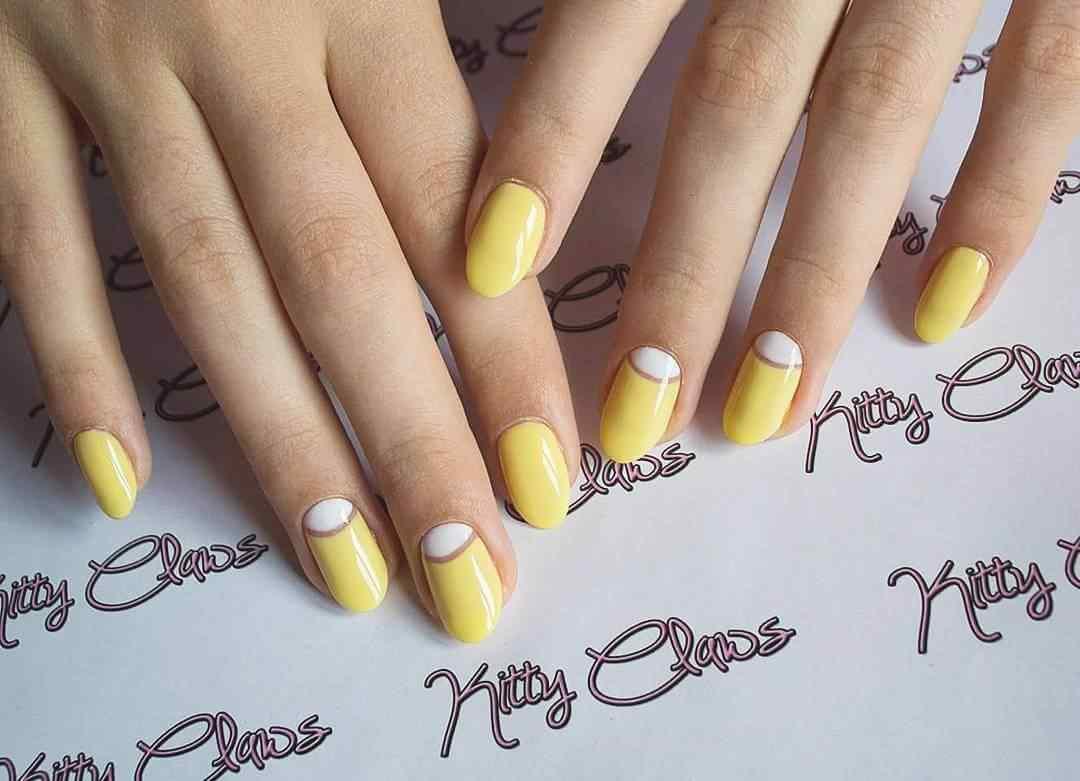 uñas halfmoon amarillas y blanco