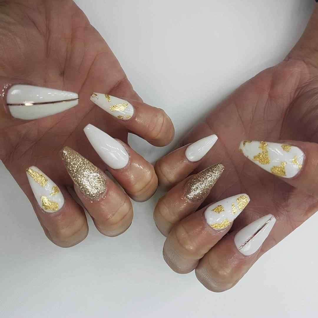 uñas largas blancas y doradas
