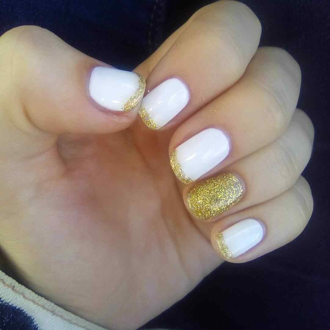 uñas simples blancas y doradas
