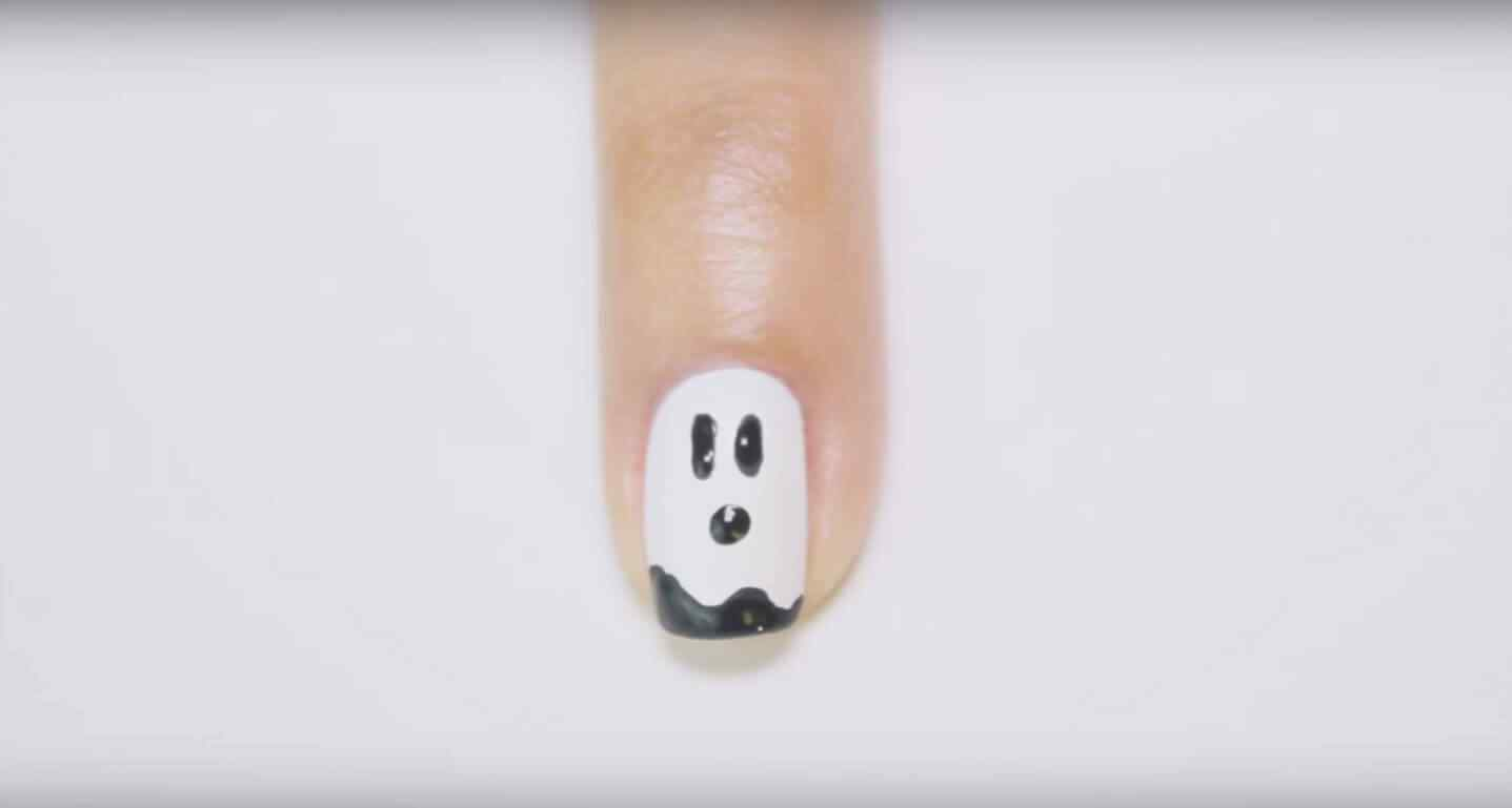 Uñas de halloween decoradas con fantasmas