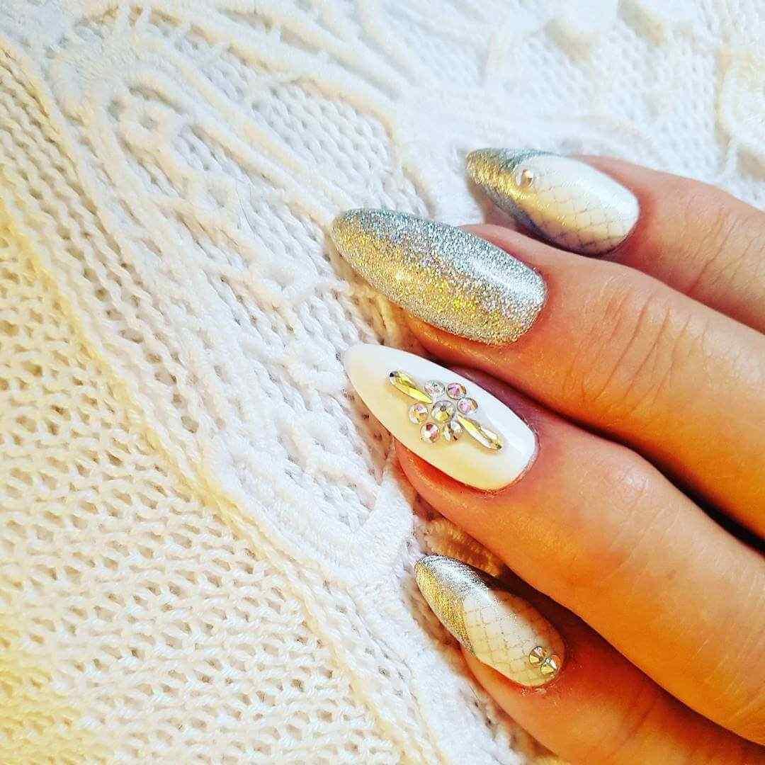 decoracion de uñas elegantes blancas con piedra