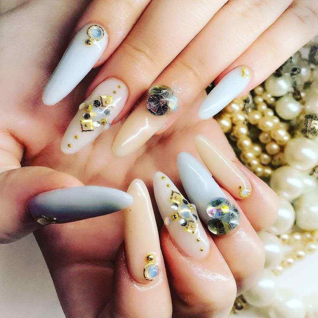 decoracion de uñas largas elegantes con piedras