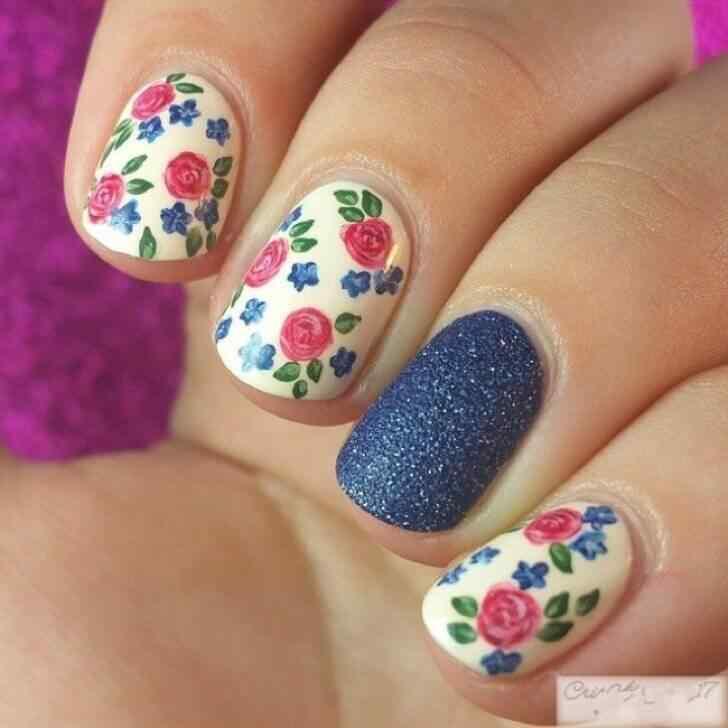 decorado con flores para uñas cortas