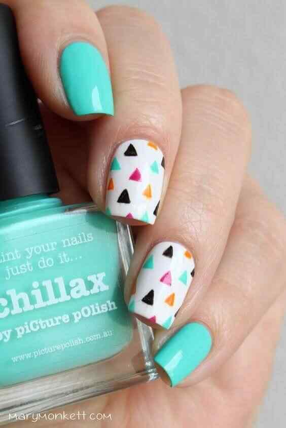 diseño de uñas con triangulos