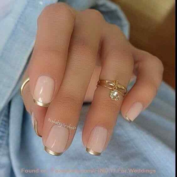 diseño de uñas francesas elegantes dorado