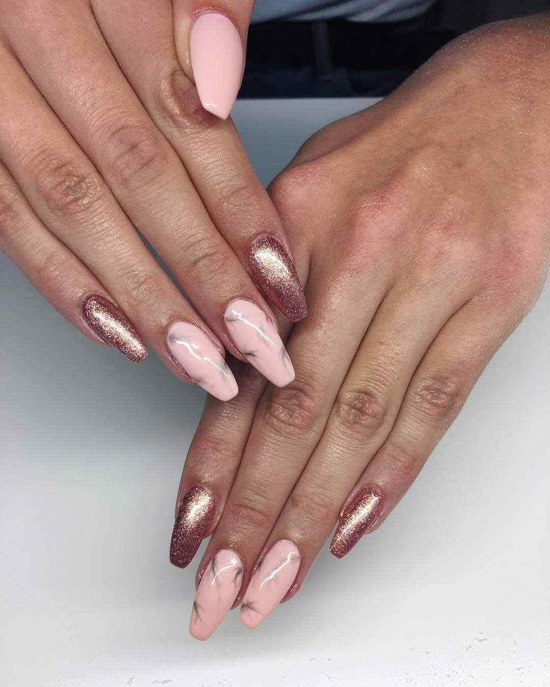 diseño de uñas largas marmolados