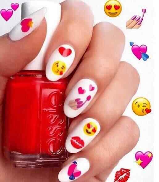 diseño de uñas con emoji