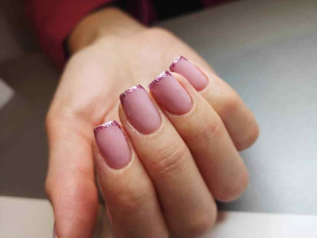 francecita sobre uñas nude