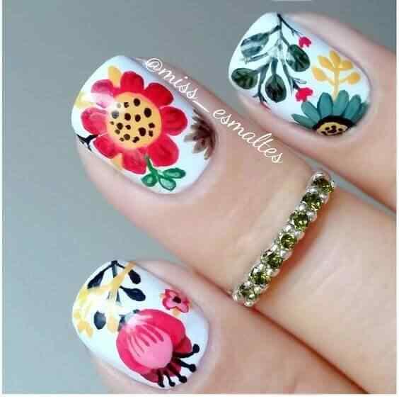 uñas decoradas con flores folk