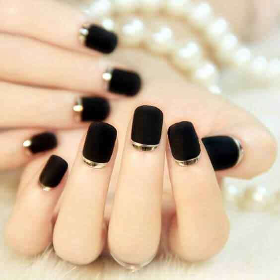 uñas decoradas elegantes negro y dorado