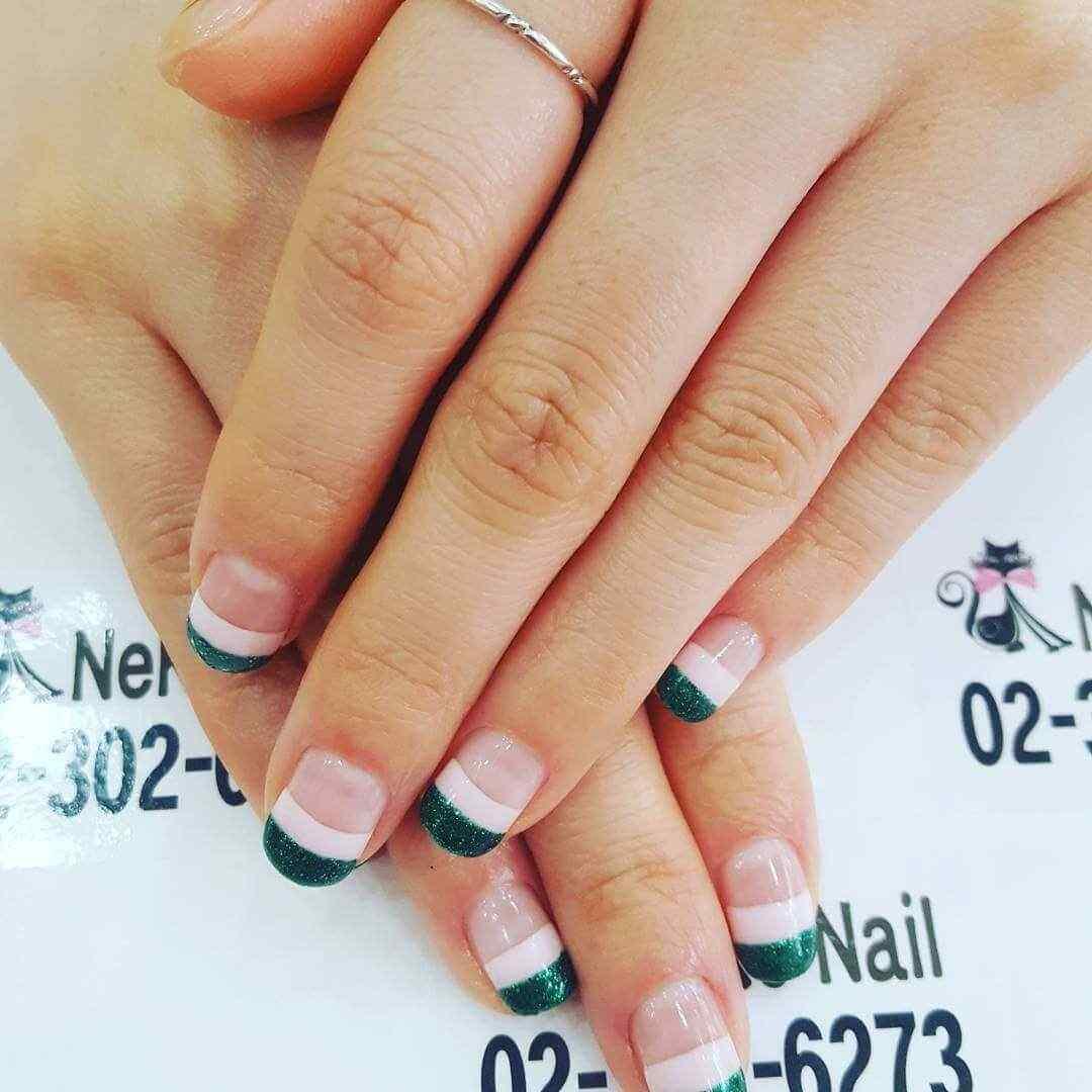 uñas francesas verdes y blancas