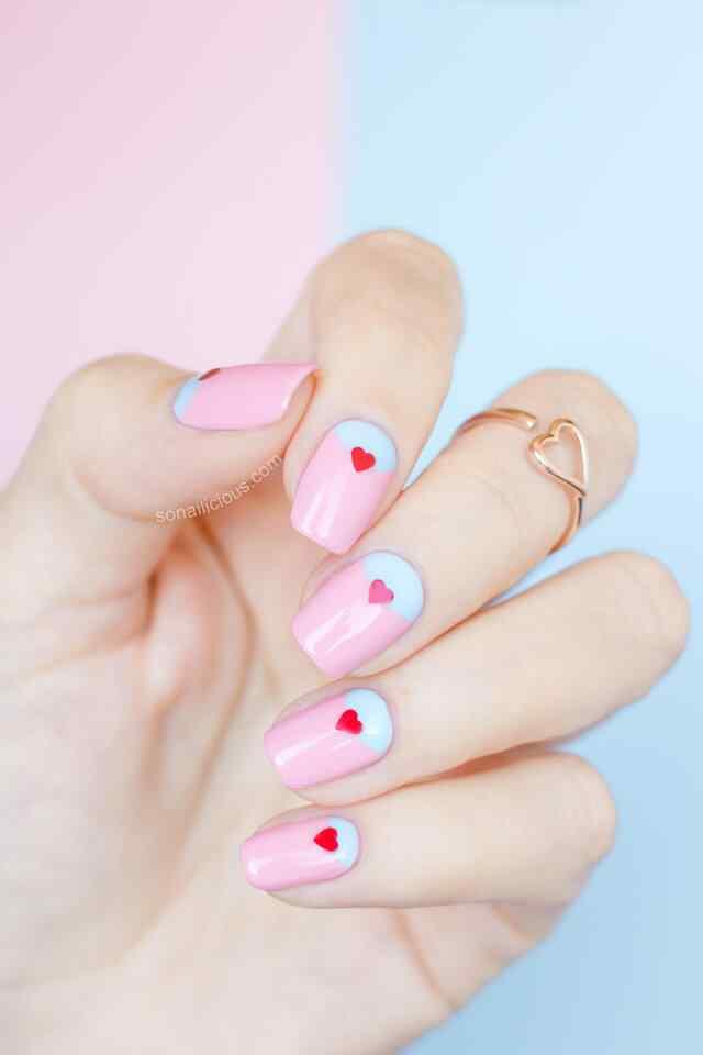 uñas con corazones color pastel
