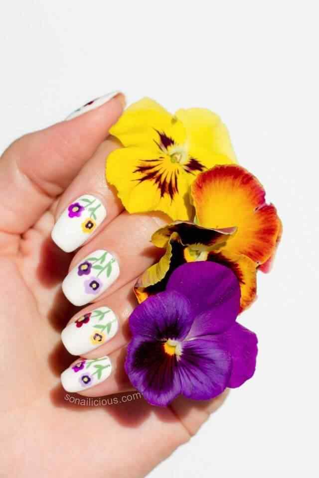 Uñas sencillas con flores