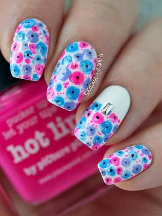 Diseño de uñas con flores pequeñas