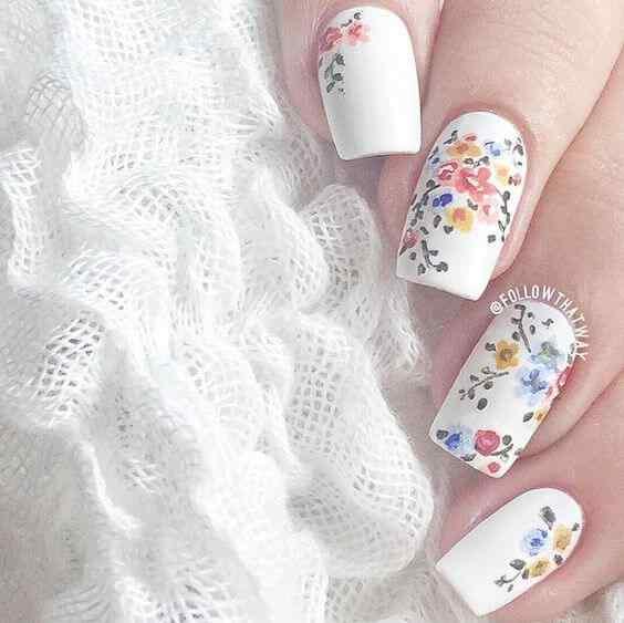 Hermoso ramillete de flores en las uñas