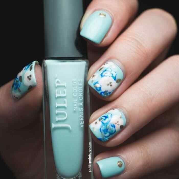 Uñas celestes con flores azules y blancas