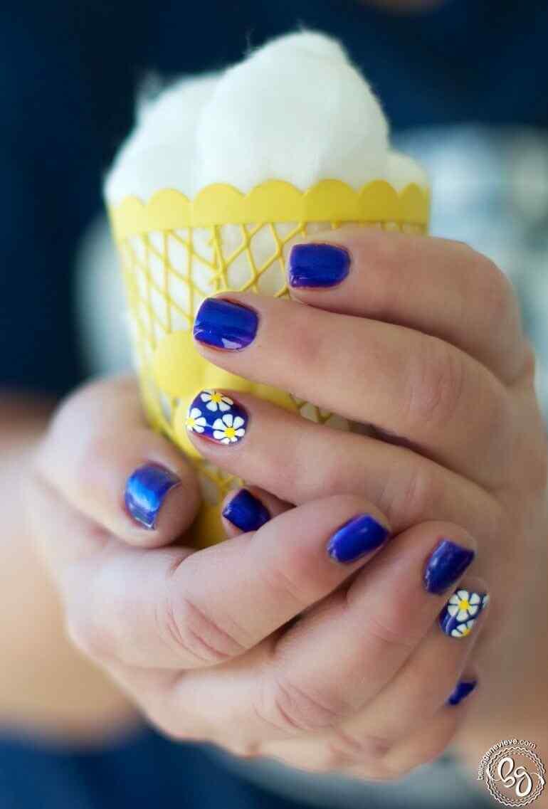 Uñas azules con margaritas