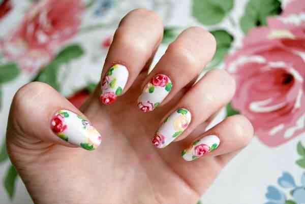 Decoración de uñas almendra con flores
