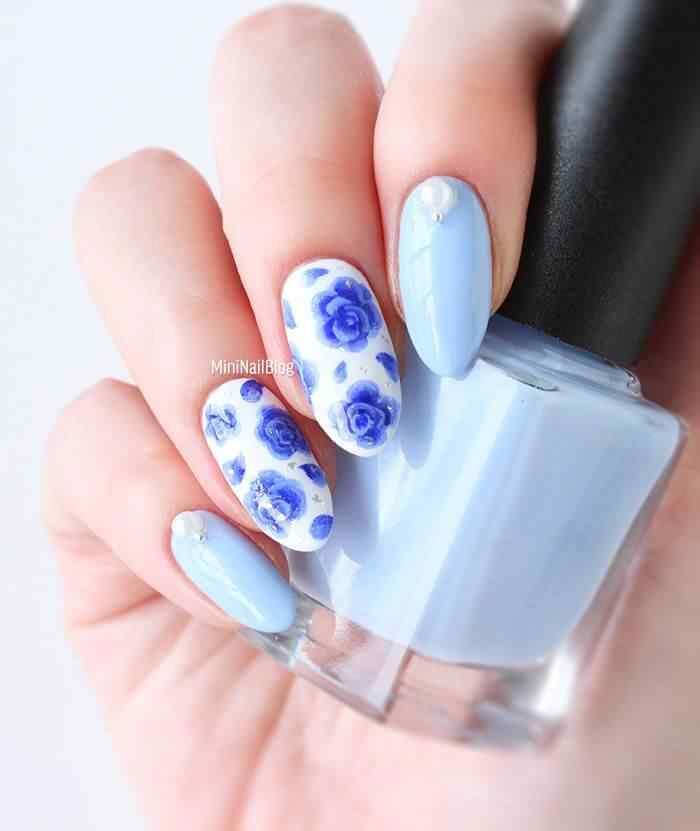 Uñas blancas con flores azules