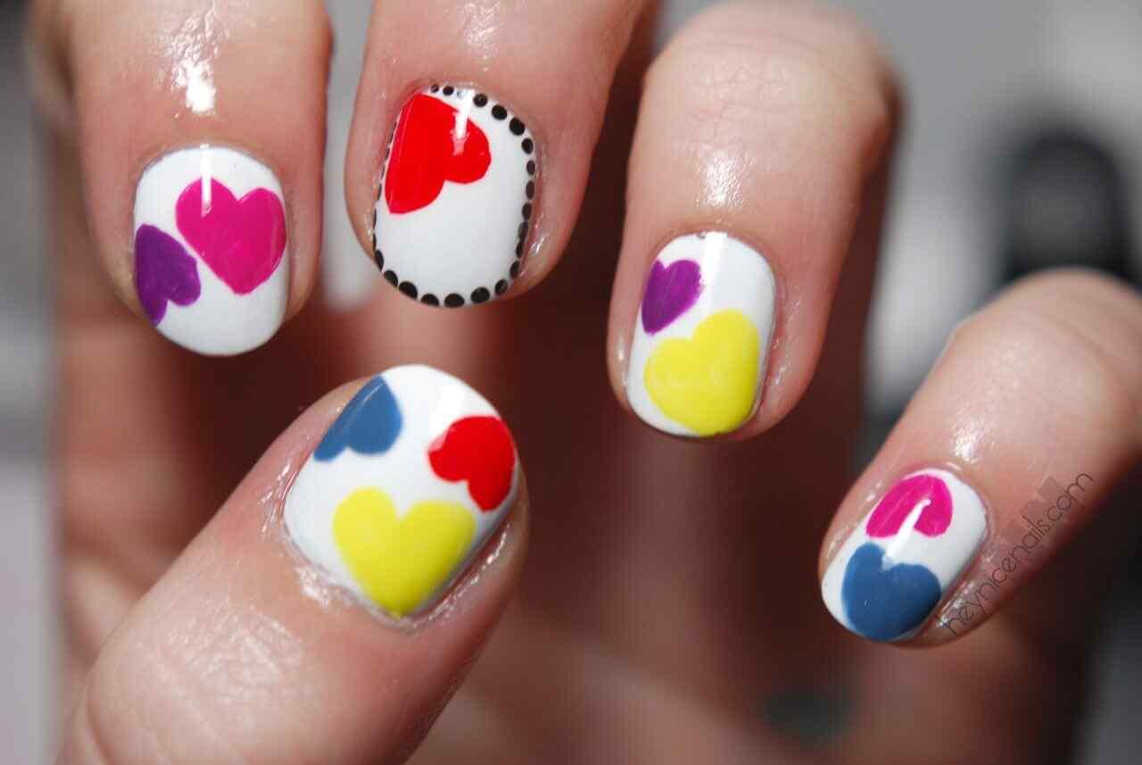 Uñas con corazones de colores