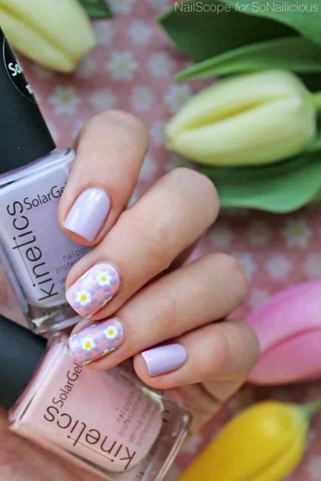Uñas con flores en tonos purpura
