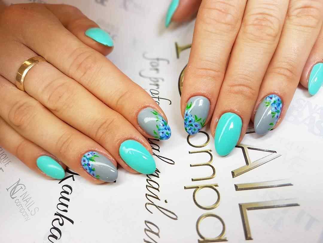 uñas con flores azules