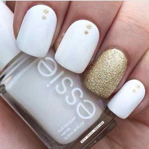 uñas sencillas blanco y dorado