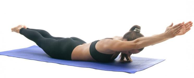 5 Posturas de Yoga que te ayudaran a mejorar tu forma física 3