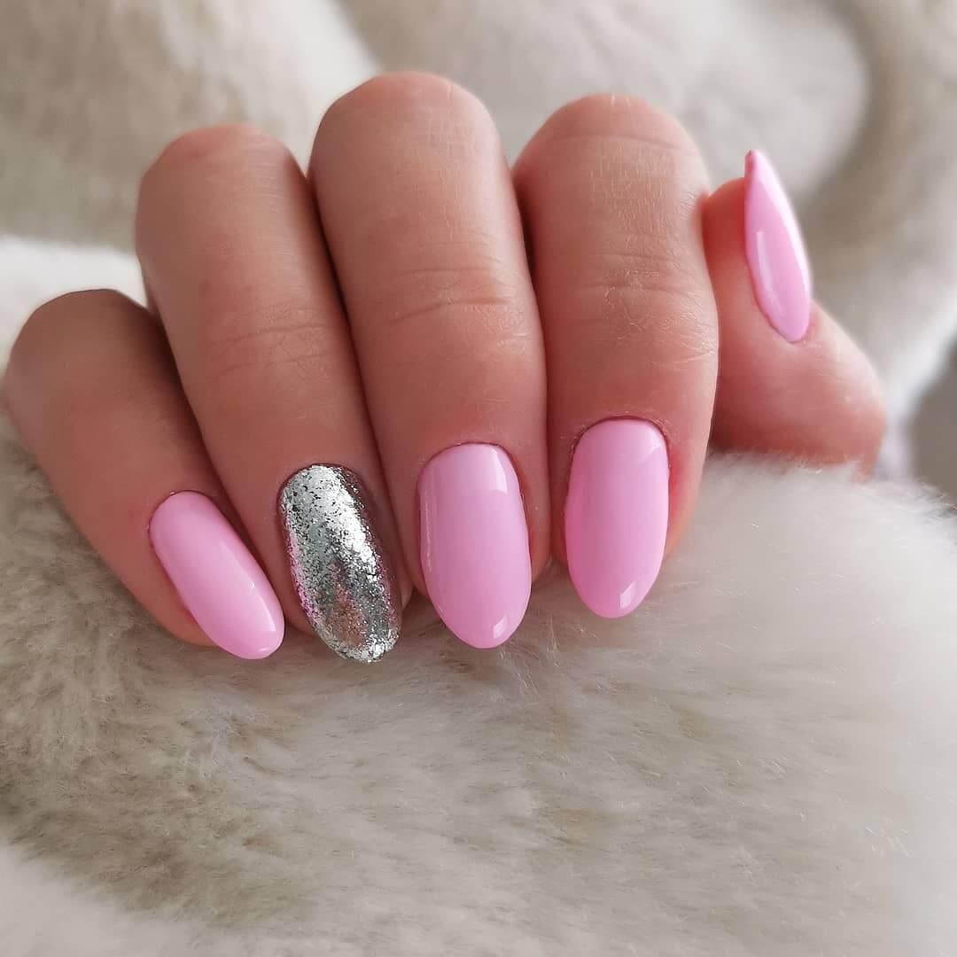 uñas color rosa pastel con plata de verano