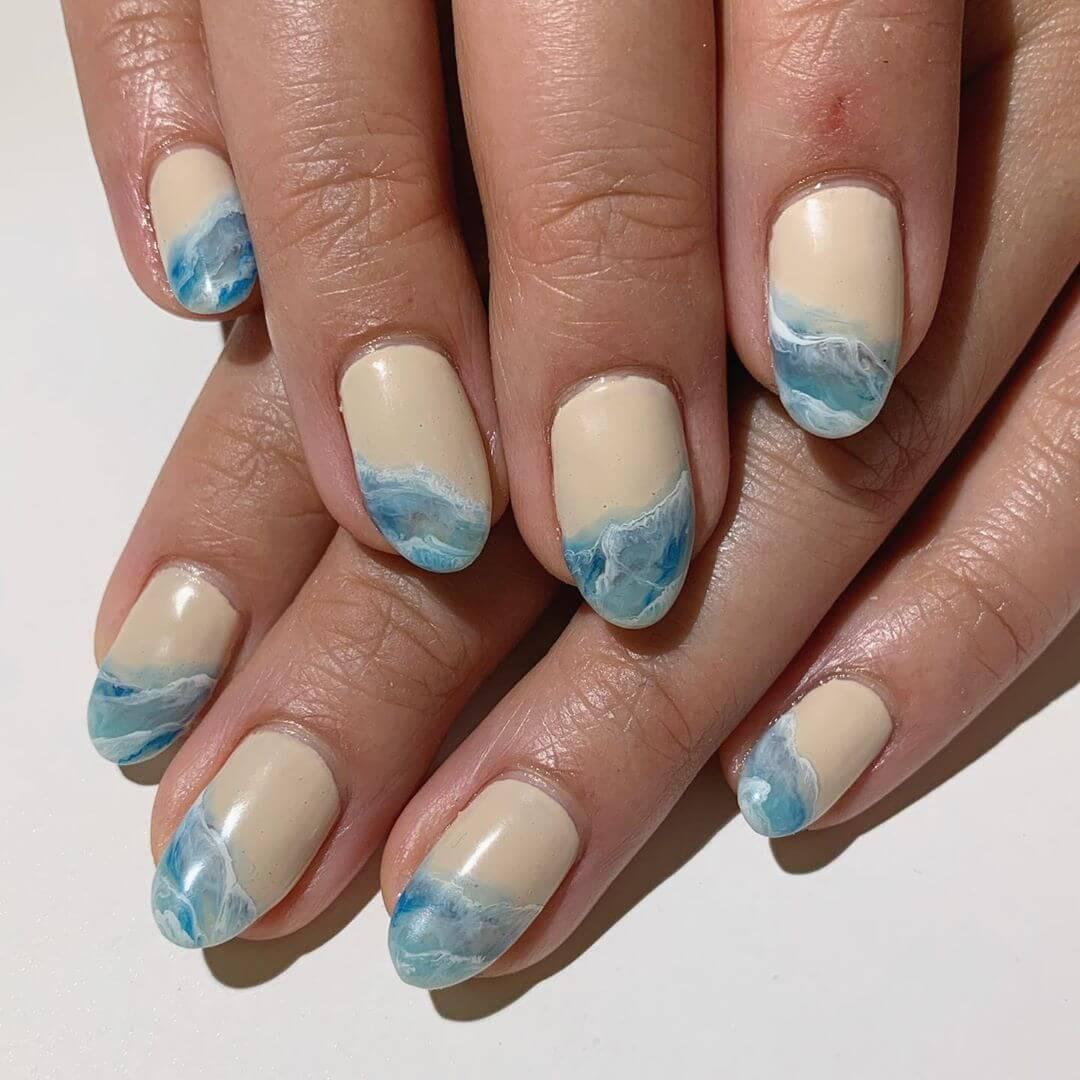 uñas con diseño de agua y olas para verano