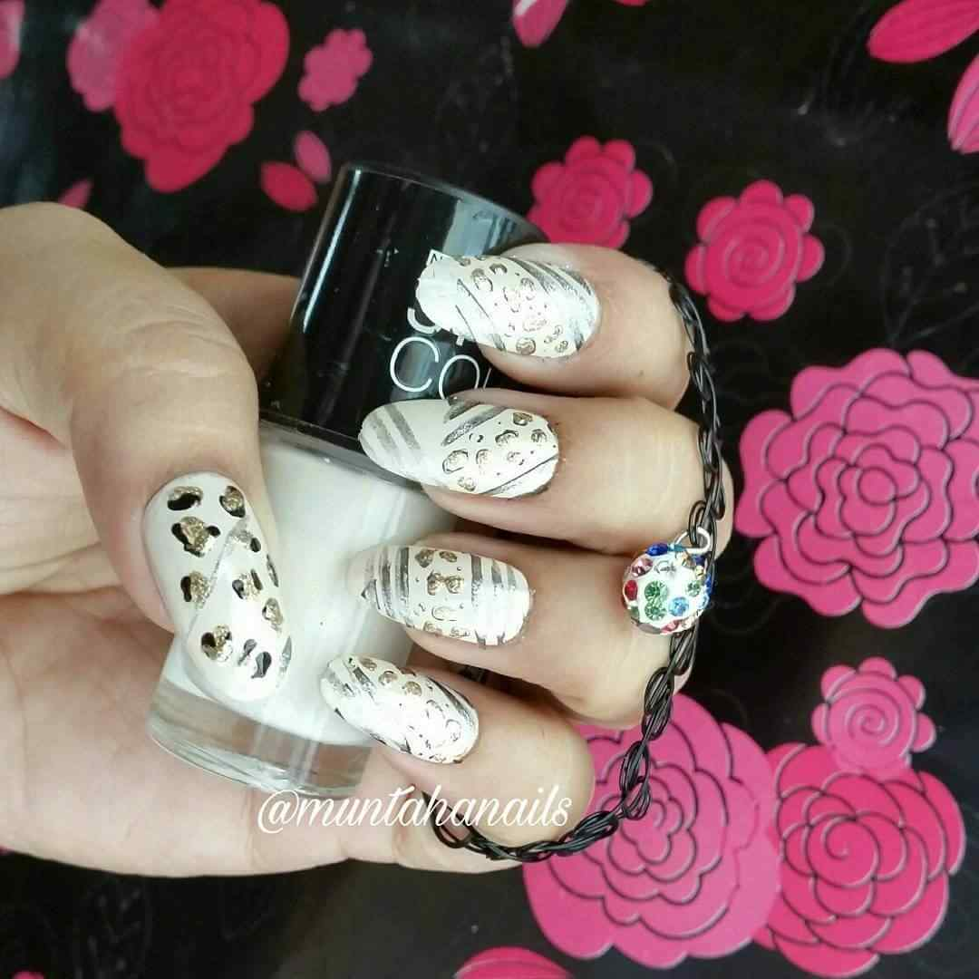 uñas blancas animal print elegante