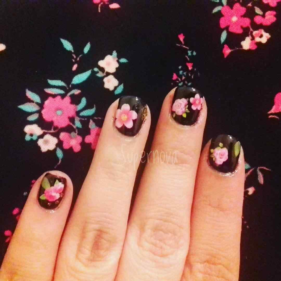 uñas negras con flores primavera