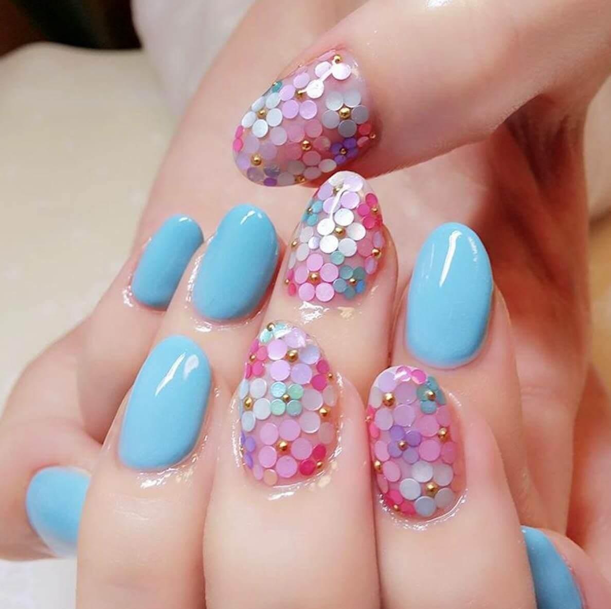 decoracion de uñas celeste con flores