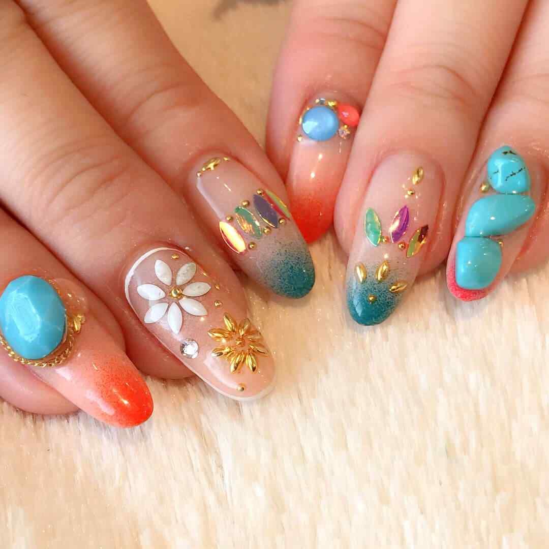 uñas de colores con piedras