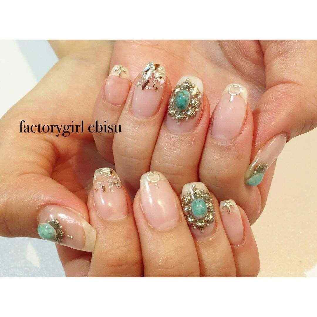 ideas de uñas decoradas con piedras