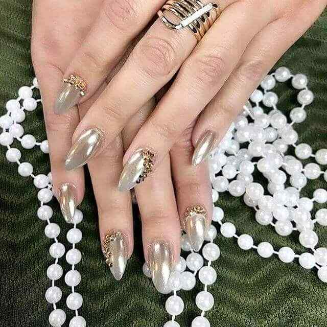 uñas doradas con piedras