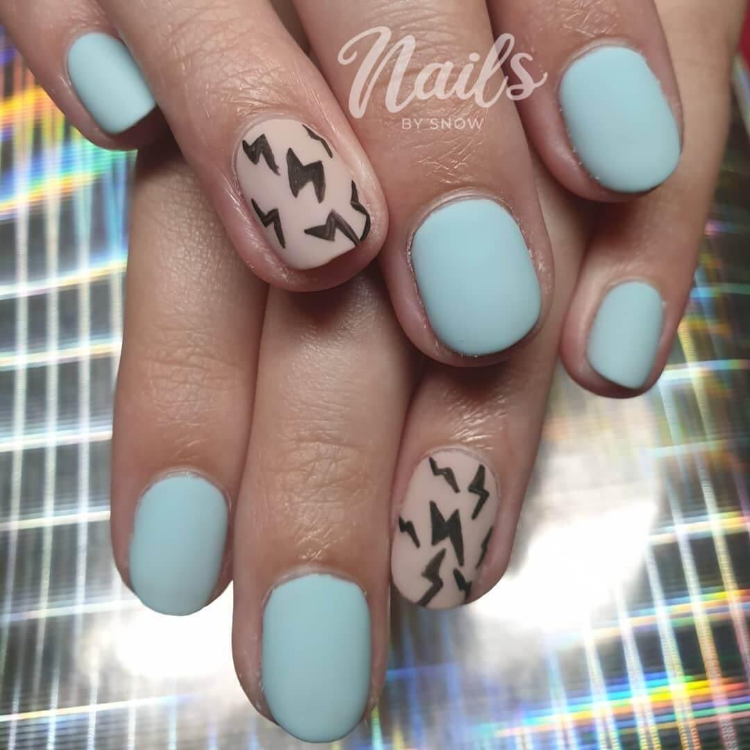 uñas celeste con diseño