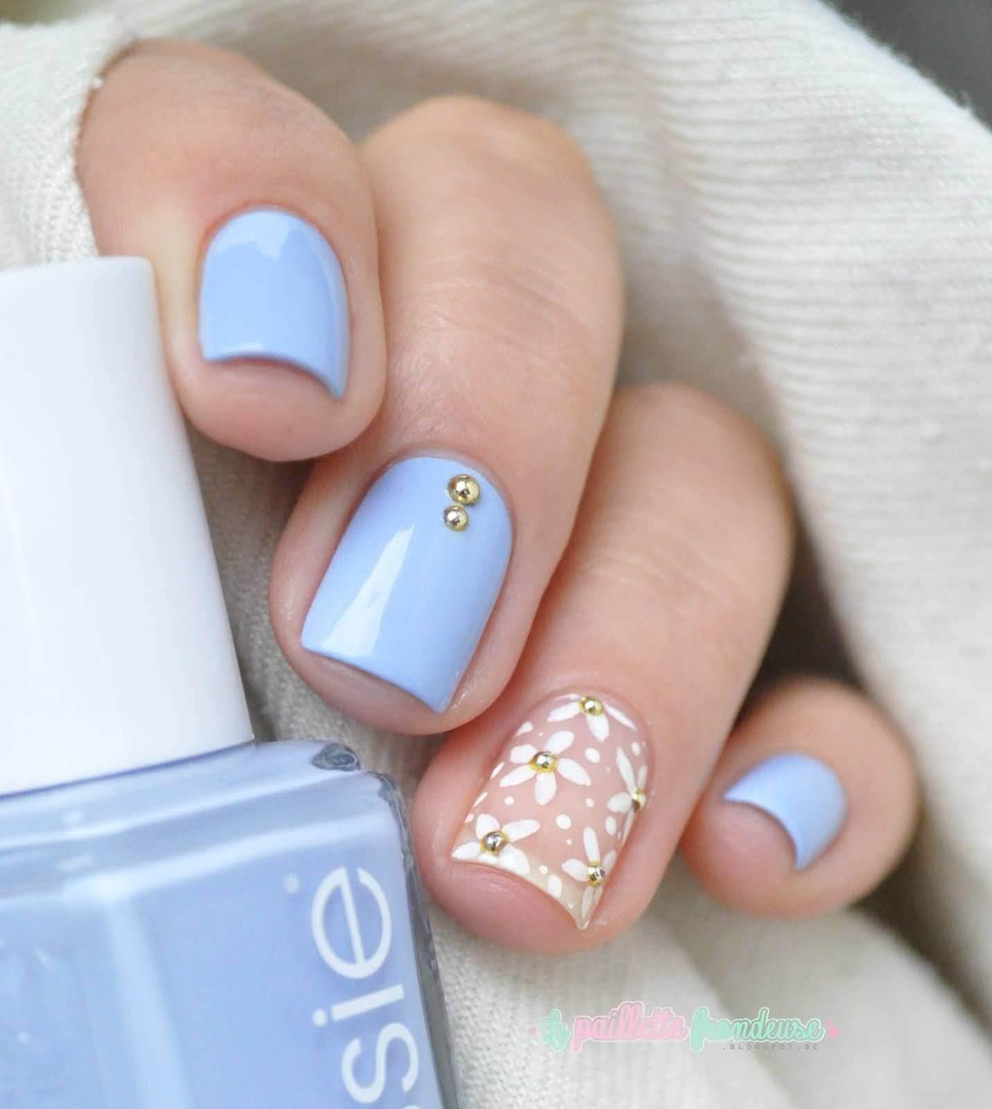 uñas celeste con flores blancas