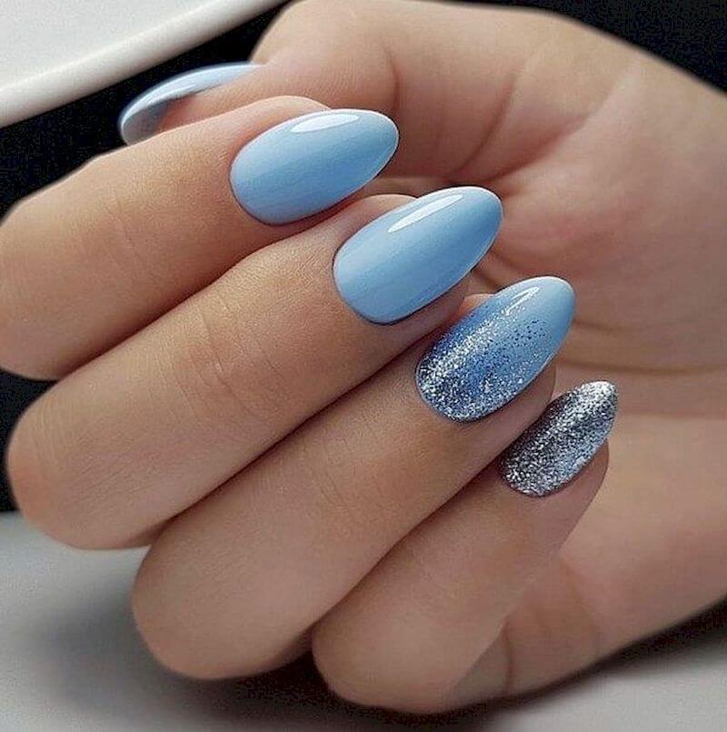 uñas celeste con glitter color plata