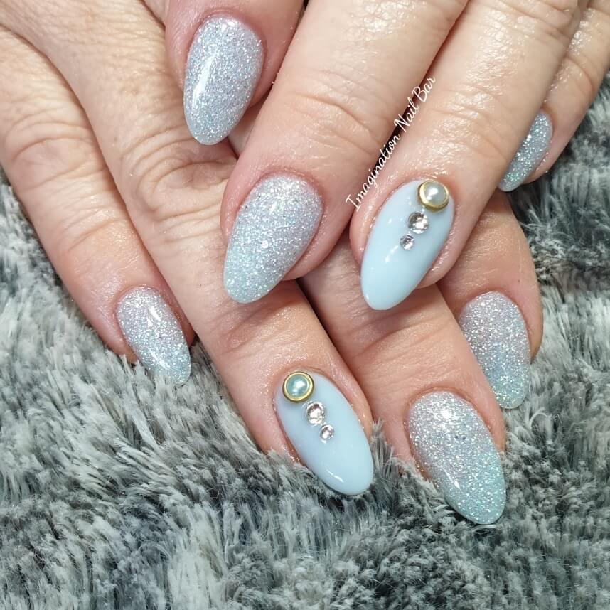 uñas celeste con plata