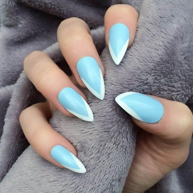 uñas celeste punta blanca francesa