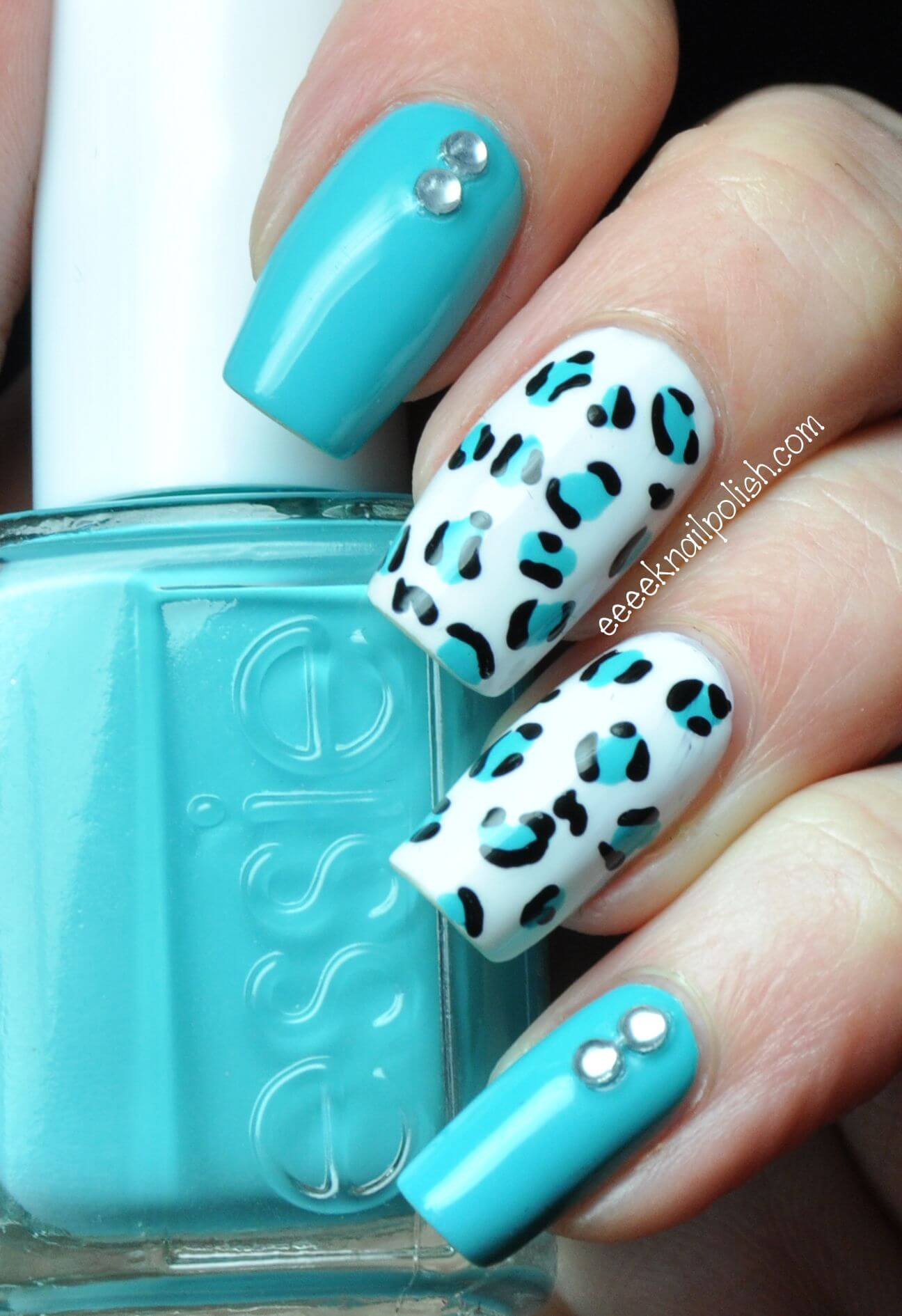 uñas celeste y blanco animal print