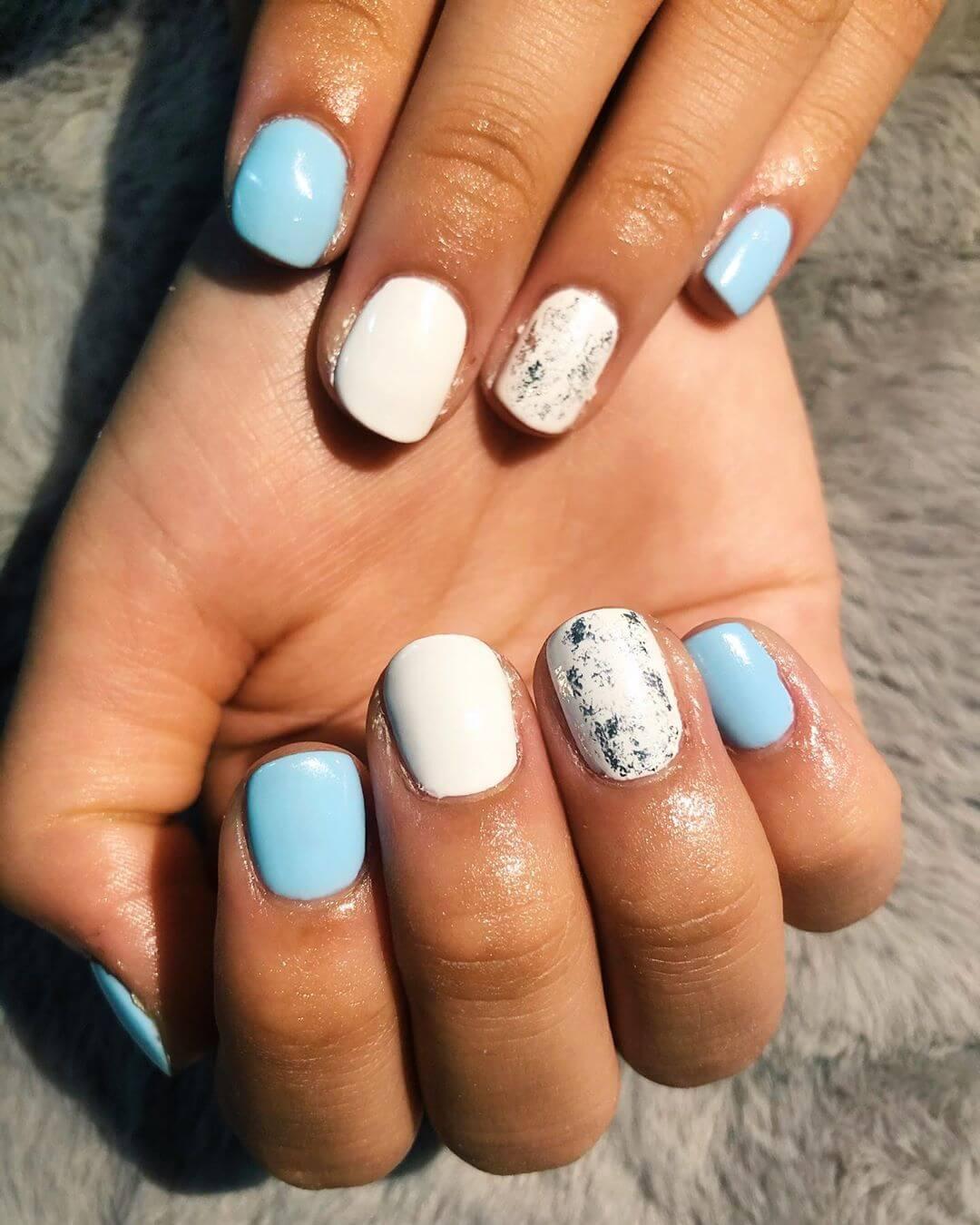 uñas celeste y blanco con plata