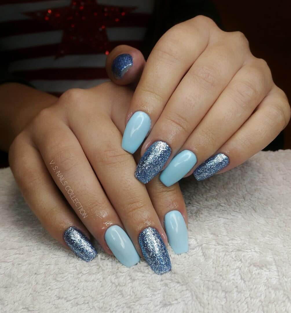 uñas color celeste con azul brillante